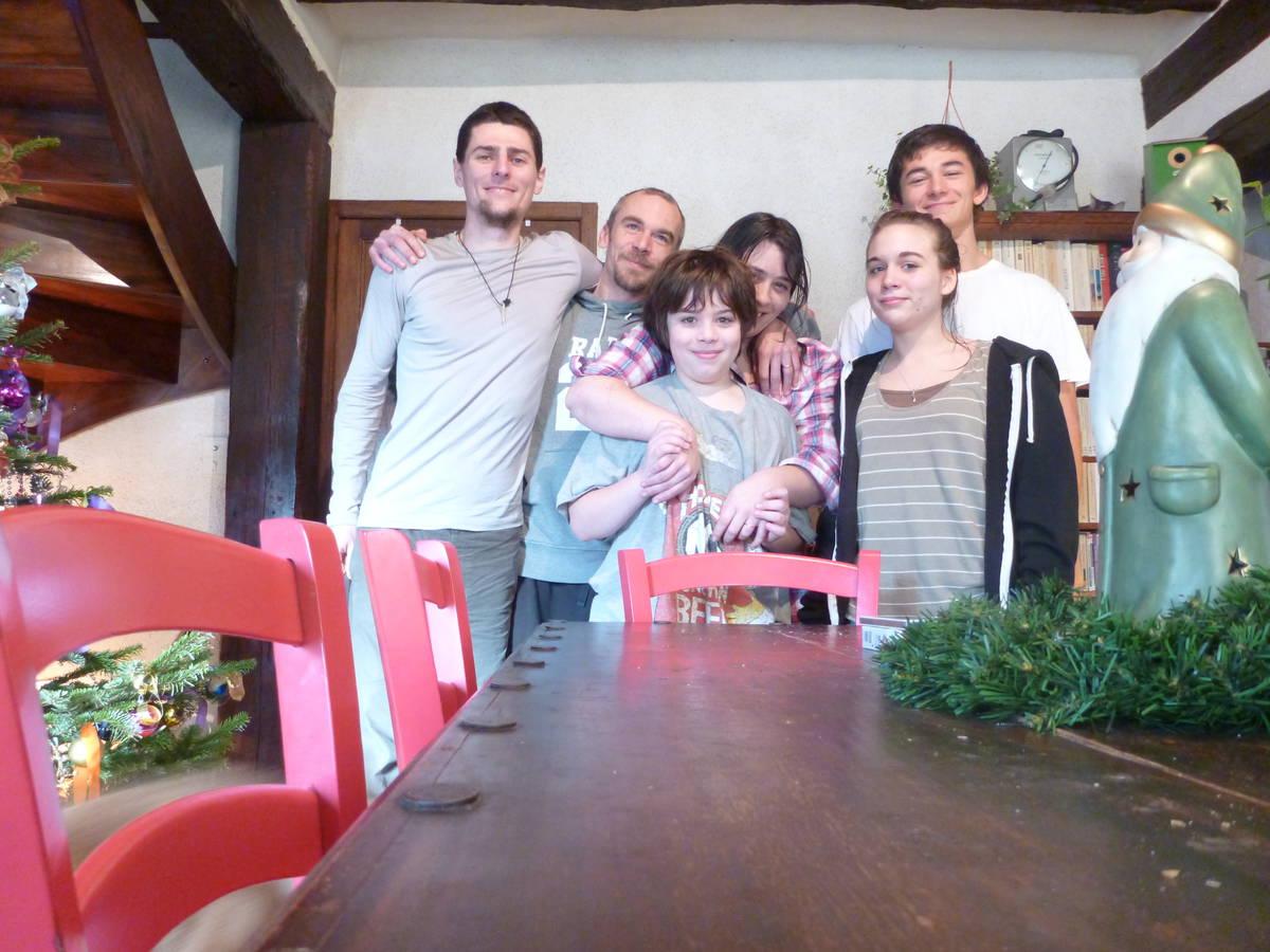 Merci à Yann(père),Yael(fils), Christelle(mère),Manon(fille),Octave(ptit copain de Manon), Maëlys(fille absentes sur la photo) et la grand Mére de cette maison ( absentes sur la photo ) [Villechauve]