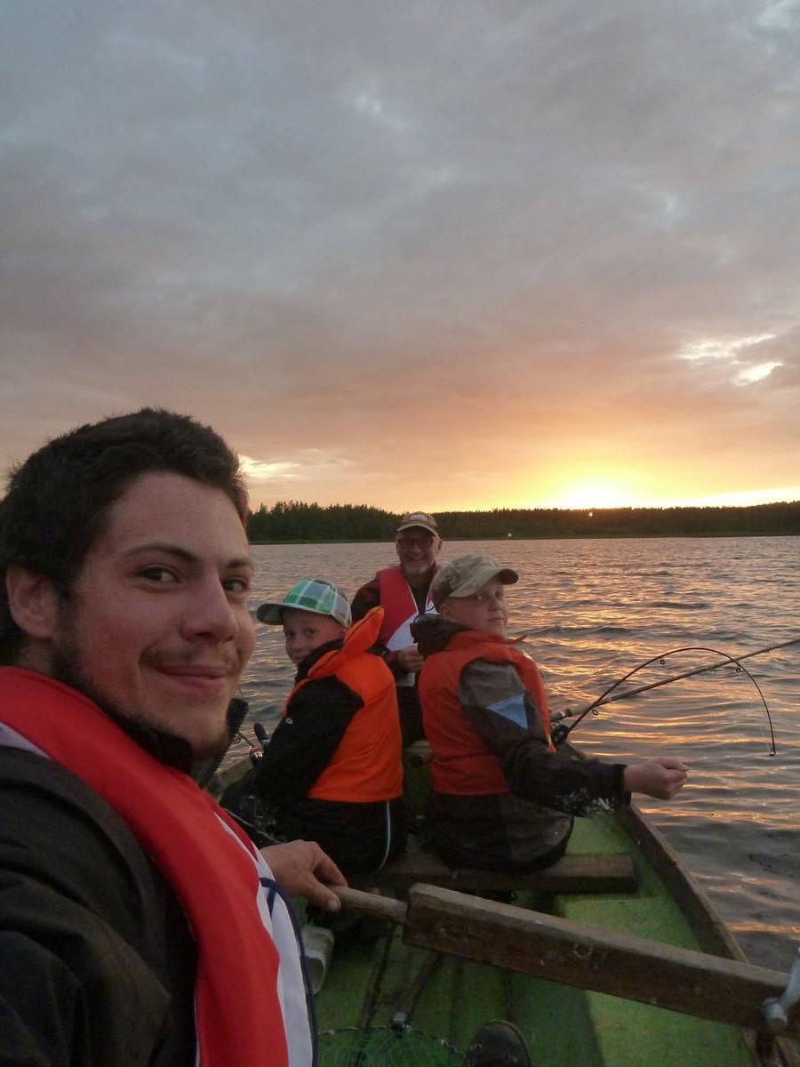 Pêche nocturne avec Martti et ces deux petits enfants