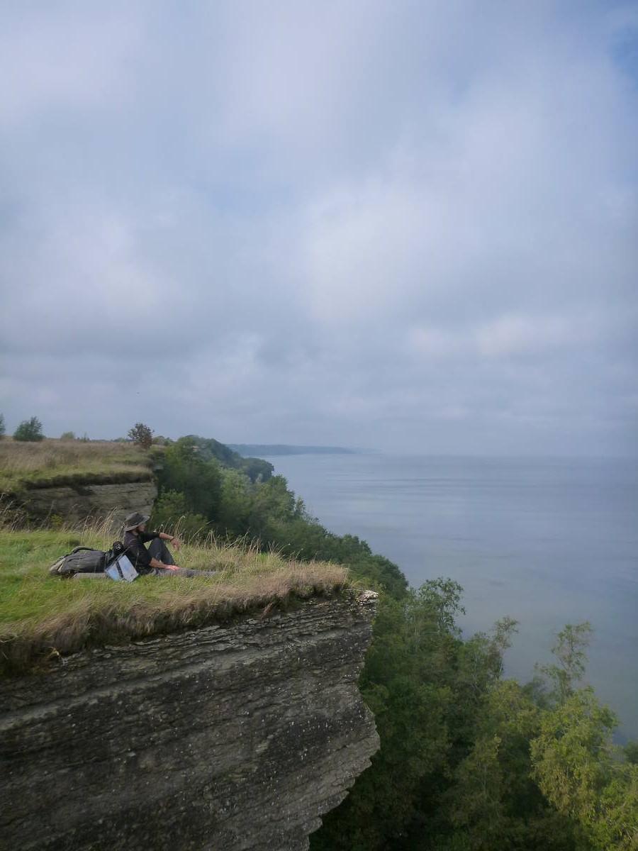 Pause sur une falaise devant la mer Baltique