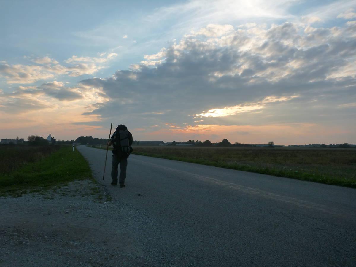 Marche au soleil couchant