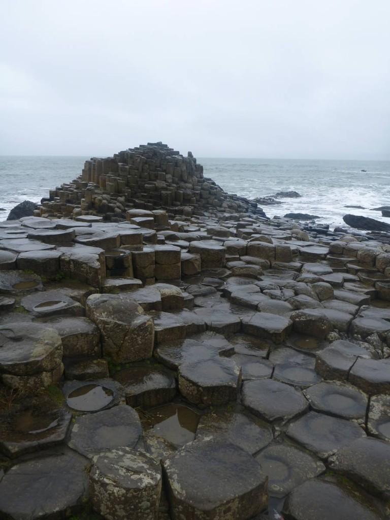 Un empilement de plus de 40 000 pierres hexagonales suite à une éruption ayant eu lieu il y a plusieurs milliers d'années. Mais bien sur les irlandais ont leur propre version sous forme de légende