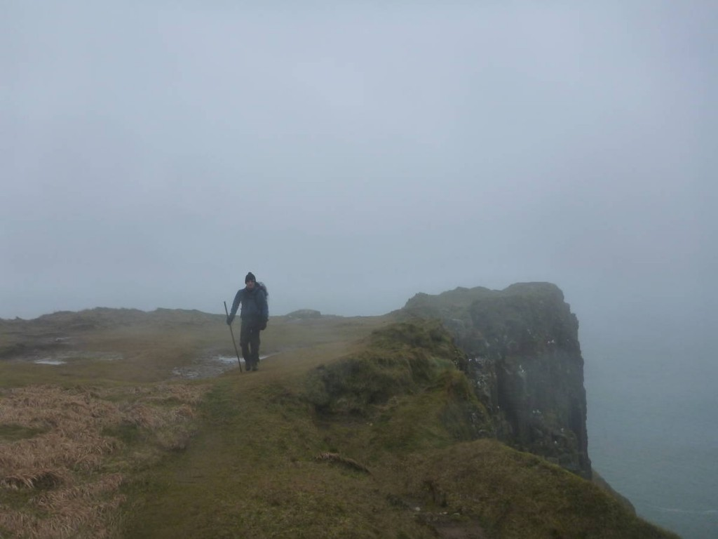 Le sentier côtier sous le brouillard et la pluie