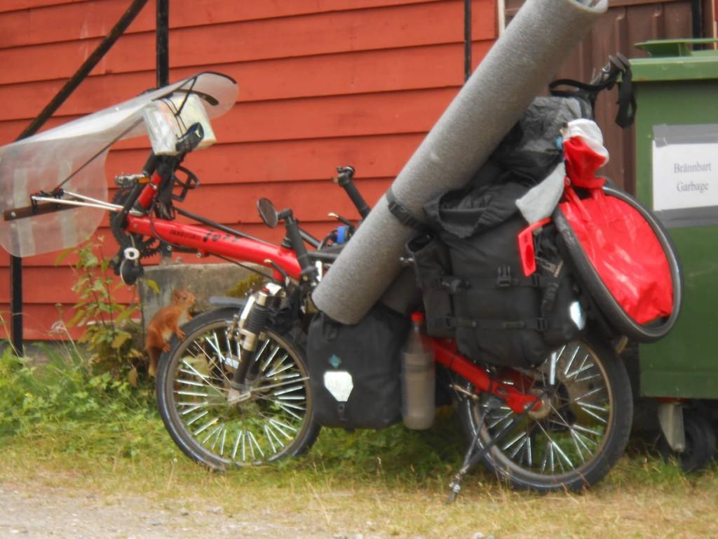 """Robert se déplace en Europe avec ce """"vélo""""; Il s'arrête de temps en temps et part marcher quelques temps pour reprendre ensuite son engin afin de bouger dans un autre pays"""
