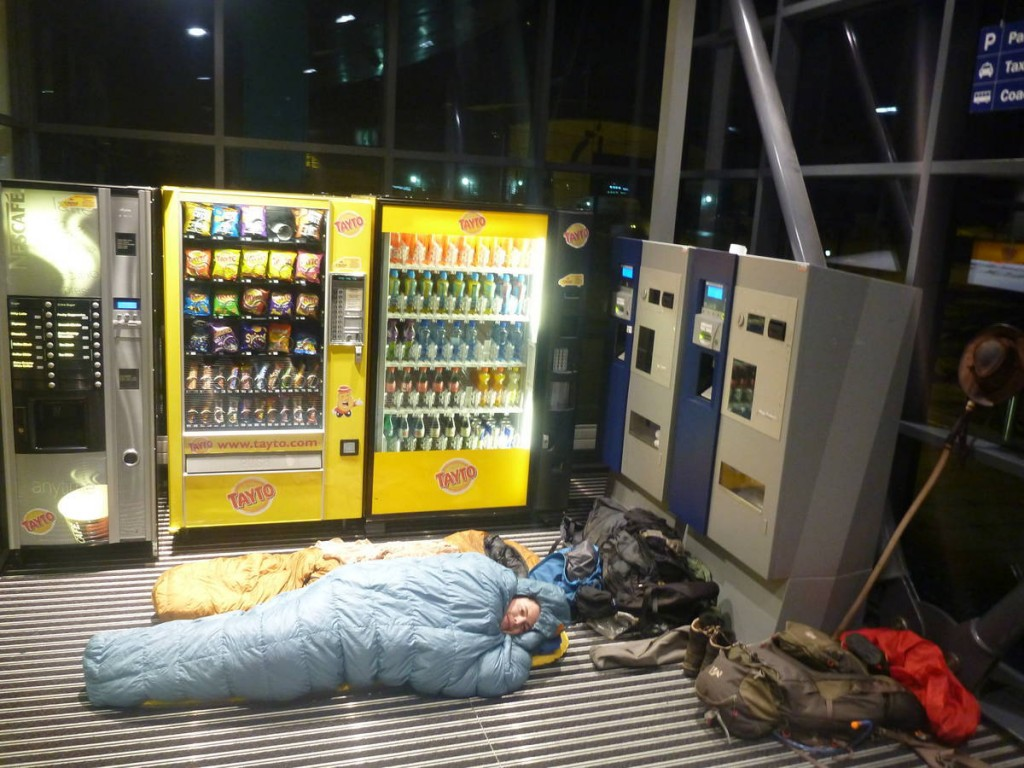 Nous sommes obligés de dormir dans le sas d'entrée du ferry afin d'attendre Thomas qui semble s'être perdu en Ecosse sans téléphone