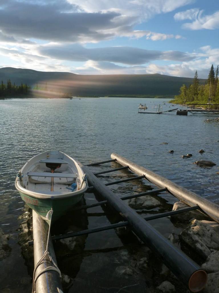Le système des barques libres de Suède : Trois bateaux sont présents et le but est qu'il faut toujours qu'il en reste au moins un sur chacune des deux rives. Deux scénarios sont possibles : le premier c'est que l'on trouve deux barques en arrivant, dans ce cas là rien à faire il suffit alors de traverser avec une des deux. Mais pour les moins chanceux arrive le moment où l'on tombe que sur une barque ; Dans ce cas là nous sommes obligés de faire un premier aller jusqu'à l'autre rive, prendre en remorque une deuxième barque sur la notre puis retourner à la première rive afin d'y déposer la deuxième barque. Et refaire l'aller ensuite ! Trois traversées donc !