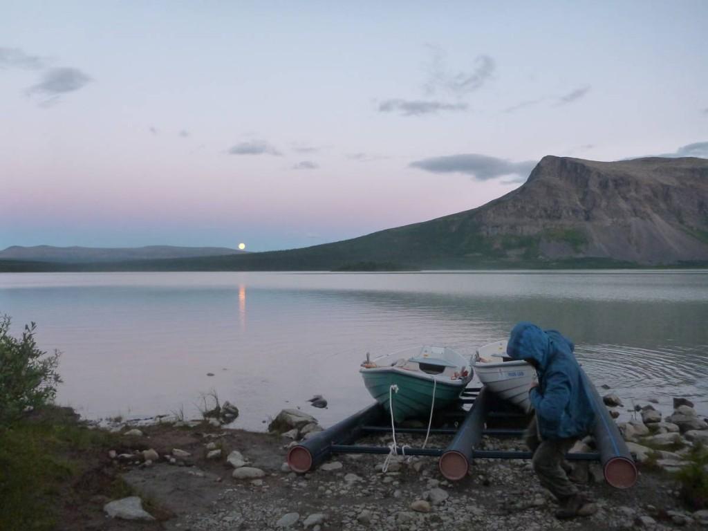 Moi et François terminons de ramener les barques (deux aller-retour de six kilomètres...) vers une heure du matin. Heureusement que le soleil ne se couche pas en été