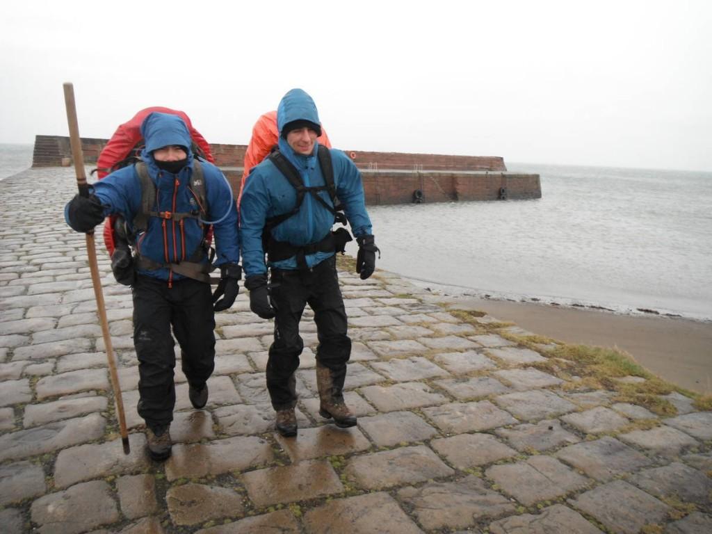 Le vent et la pluie rend difficile la marche