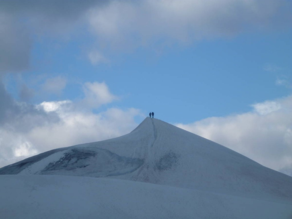 Et nous arrivons au sommet ! Une plateforme de neige très étroite dont le moindre faux pas nous entraînera dans une chute sans fin