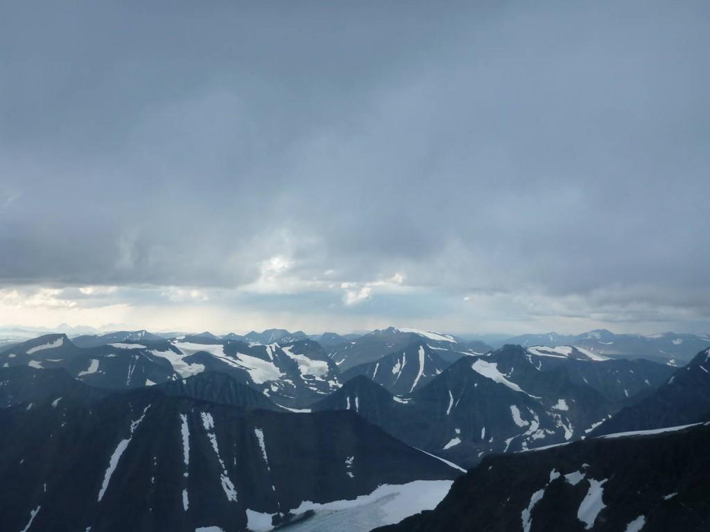La vue est dégagée, les montagnes voisines nous apparaissent dans toute leurs splendeurs