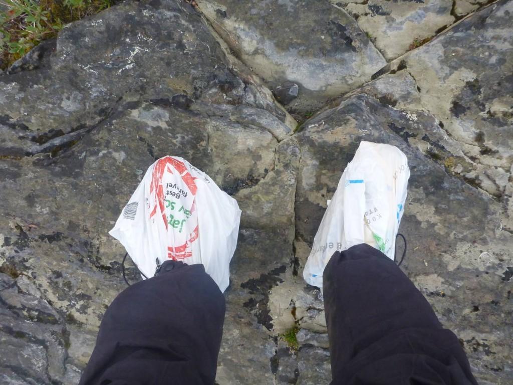 Je trouve une solution assez simple afin d'éviter de se mouiller les pieds : Les serrer dans de nombreux sacs plastiques