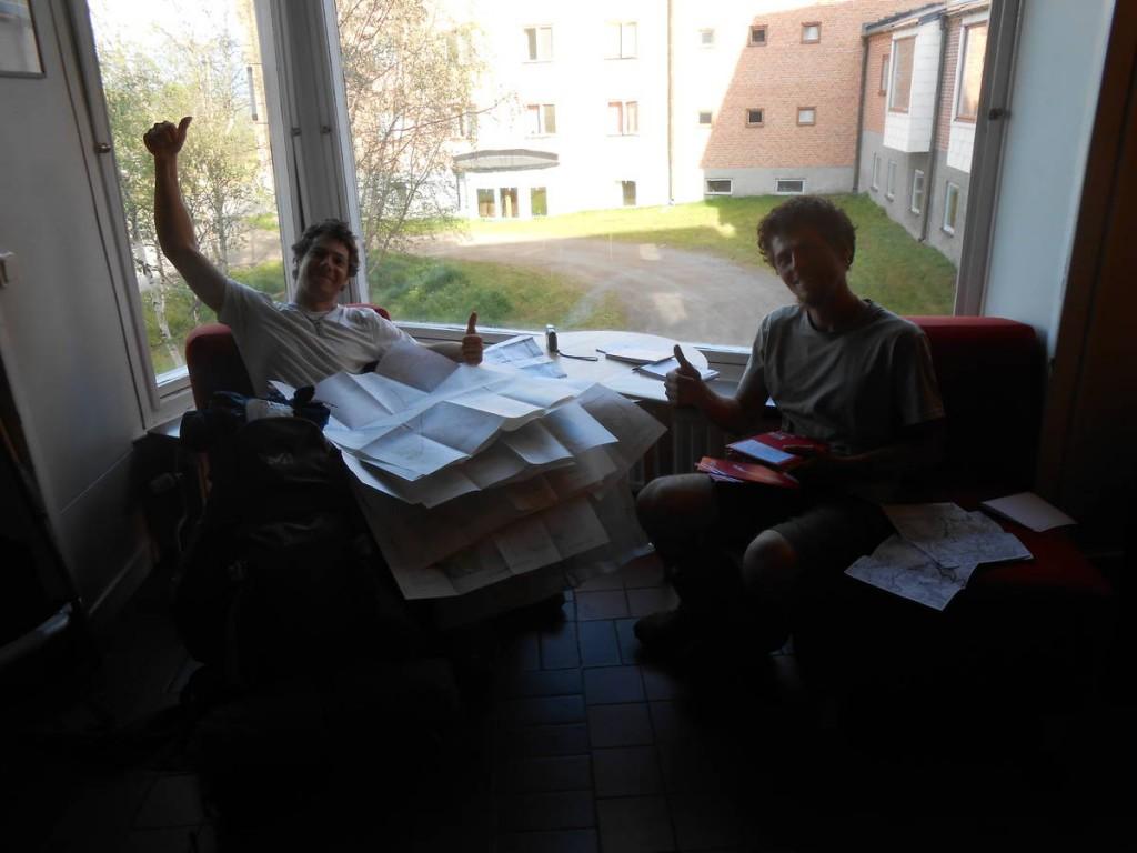 Nous étudions de nouvelles cartes pour la suite du parcours en Laponie. Et oui il reste près de mille kilomètres avant d'atteindre le cap nord