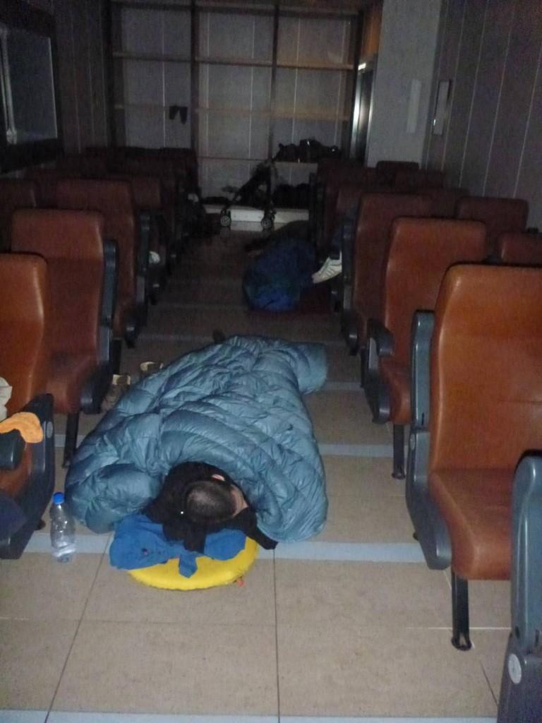 Nous étalons nos sacs de couchage au milieu de la salle
