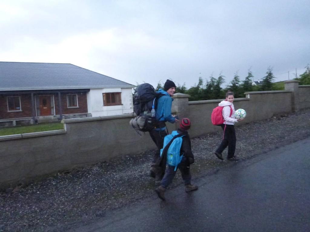 Et les enfants nous accompagnent sur deux cents mètres le lendemain