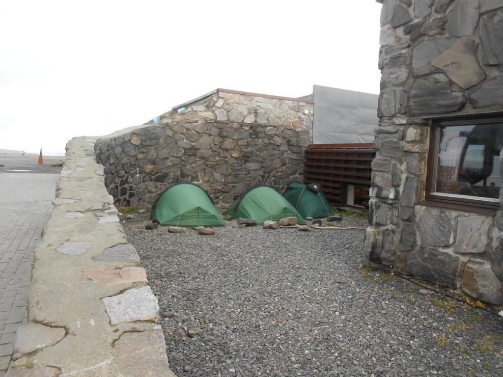 Nous campons à côté l'infrastructure pour touristes. Les vents sont très violents et couche nos tentes à terre