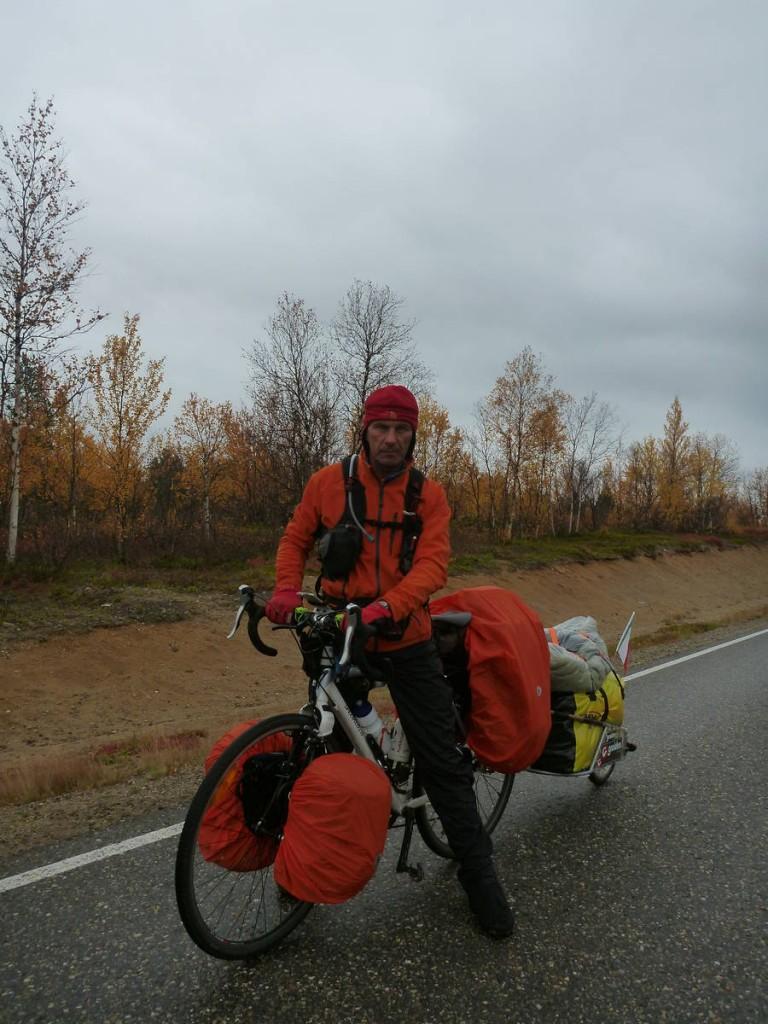 Un voyageur en vélo se rendant au cap nord