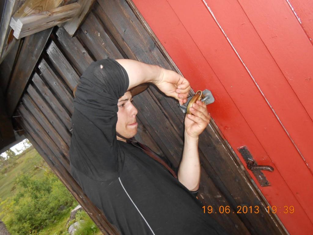 Nous tombons sur un refuge fermé par un gros cadenas. A l'aide d'un clous nous réussissons à le crocheter