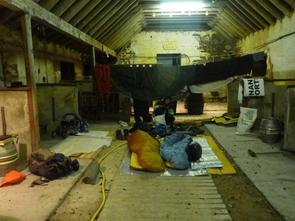 Nuit chez une famille de fermiers dans leur grange
