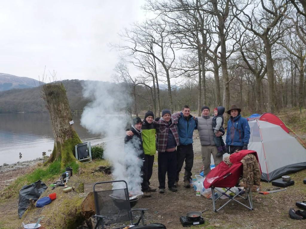 Campement avec ces trois amis d'enfance étant venu dormir en nature avec l'enfant de l'un d'eux