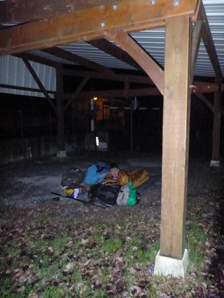 Nuit assez dure sous cet abri. La neige et le vent nous ont contraint à devoir partir à six heure du matin.