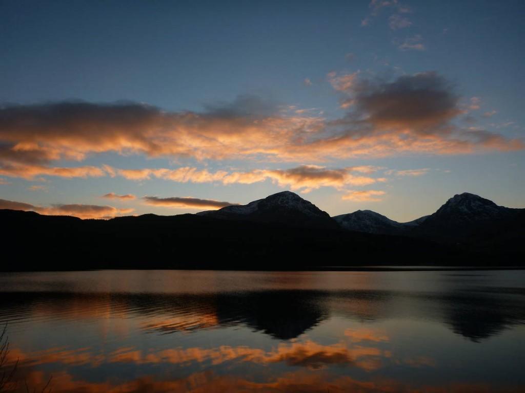 Le loch Lomond prend de belles couleurs lorsque le soleil part se coucher