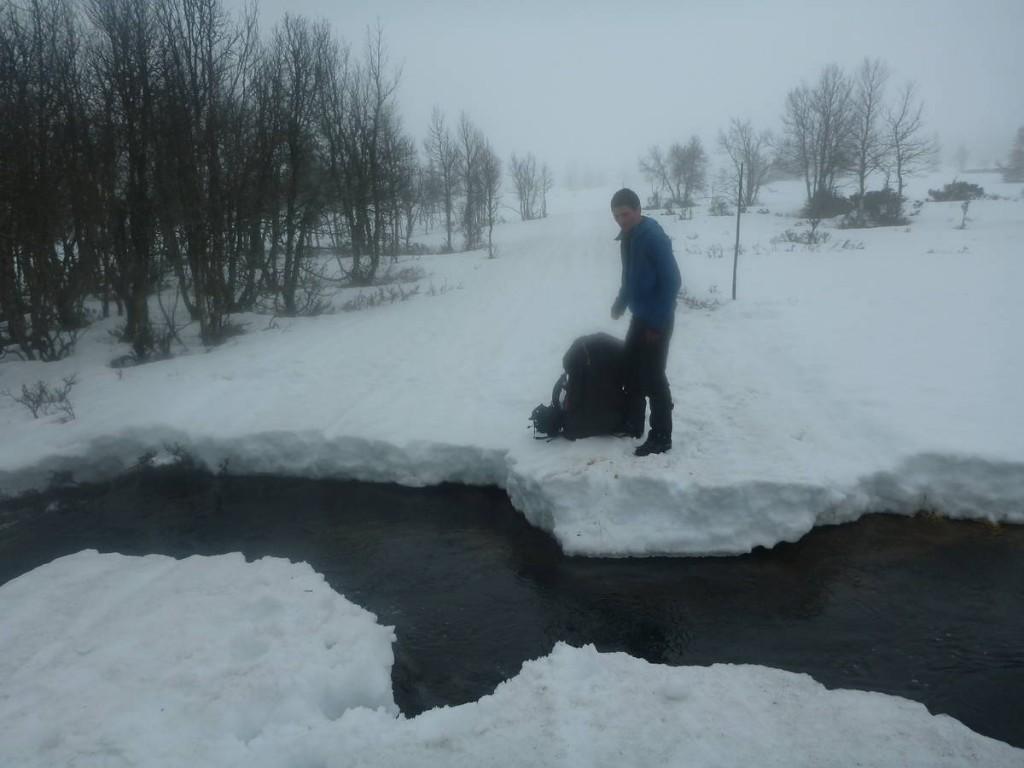 François tombe malheureusement dans l'eau glacé juste après cette photo
