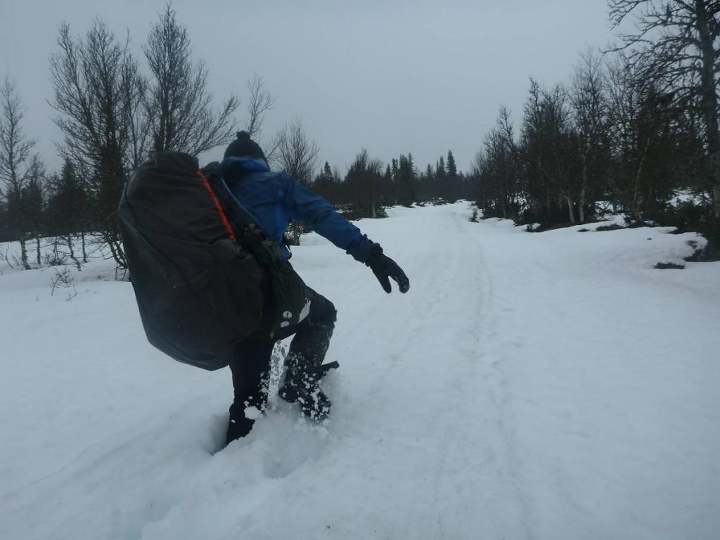 Marcher dans cette neige de fin avril est un vrai calvaire. Nous nous enfonçons jusqu'à la cuisse à chaque pas