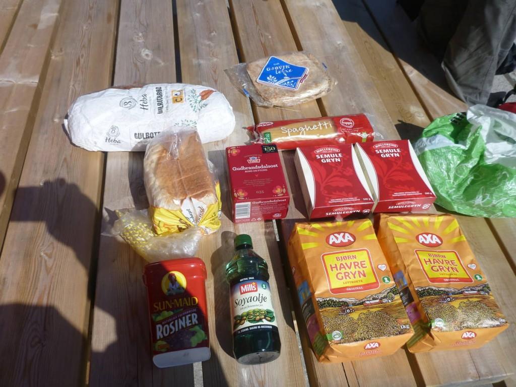 Nourriture pour quelques jours d'autonomie : Semoule, pain, fromage, huile, raisins secs et porridge