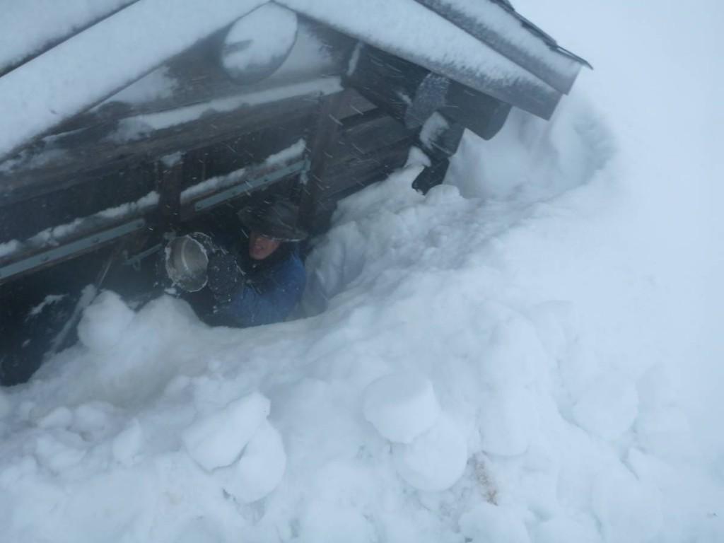 Enfin, nous trouvons une cabane de chasseur à demi ensevelie sous la neige. Nous dégageons l'entrée avec notre casserole en inox