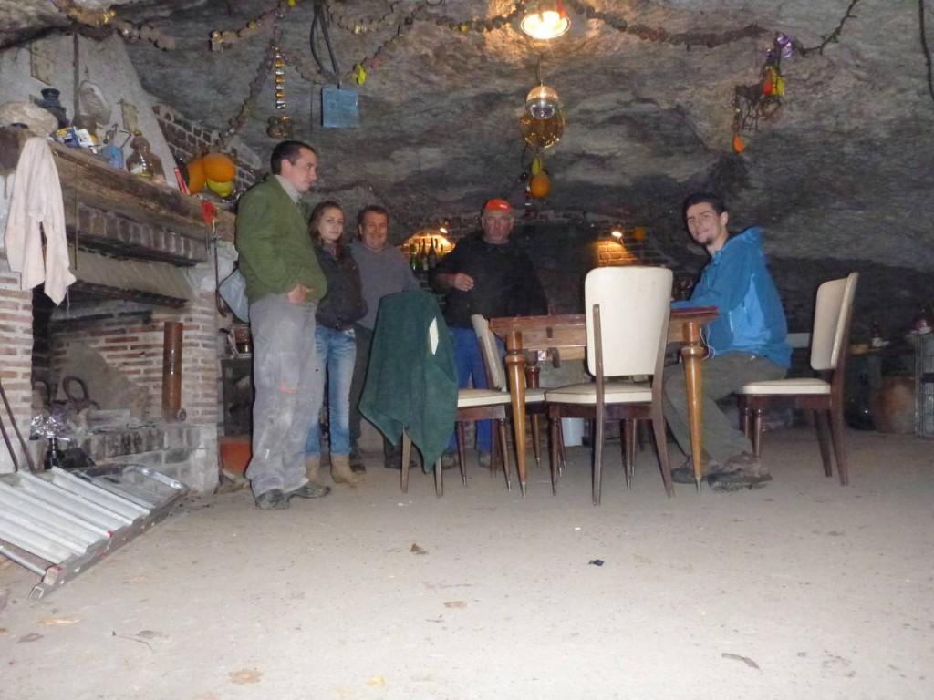 Des personnes m'invitent à boire un coup alors que je passais près d'une caverne