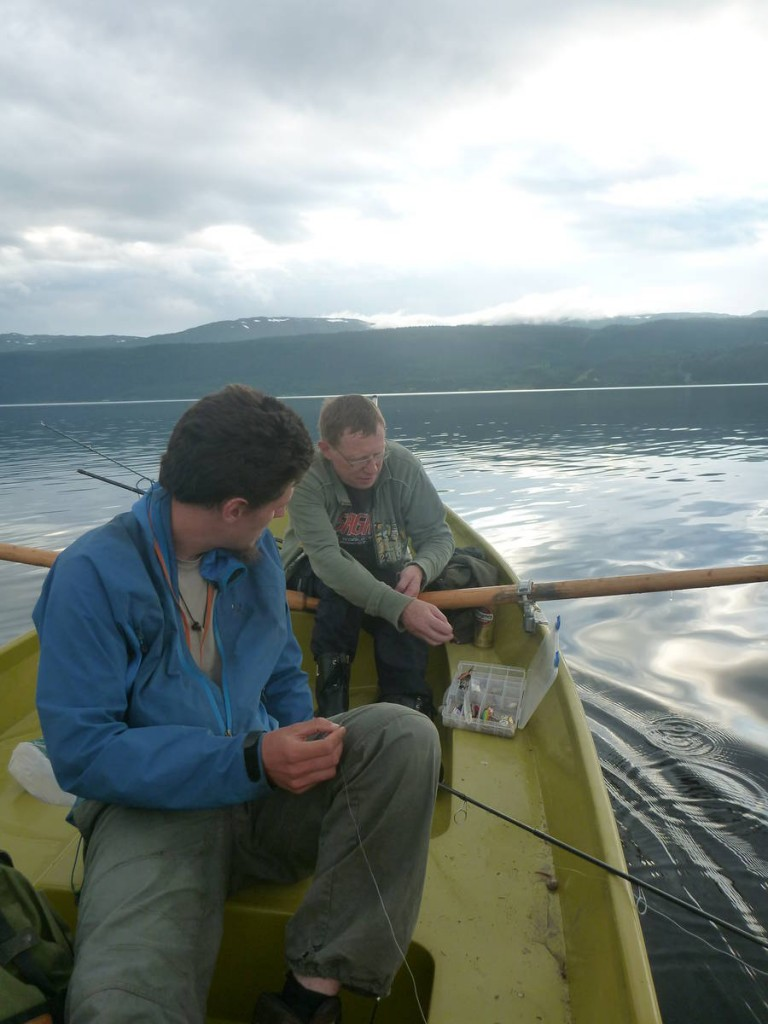 Un homme nous héberge pendant trois jours et nous invite à une pêche nocturne
