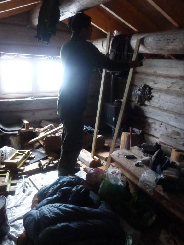 On s'organise dans la journée : François s'occupe de faire des réserves d'eau tandis que je fabrique deux paires de raquettes à l'aide des quelques planches et outils que l'on trouve dans cette cabane