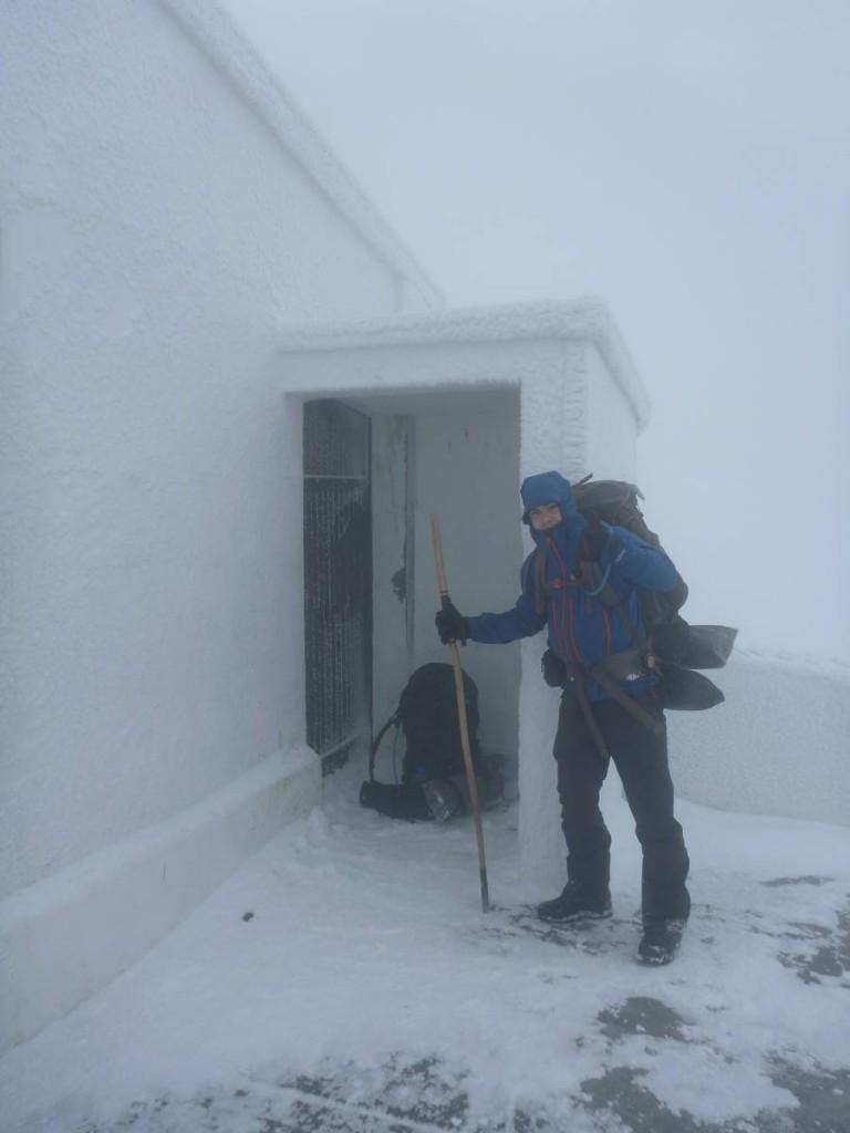 Mais nous y arrivons, le vent et la neige sont d'une telle force que nous ne pouvons même pas nous entendre parler