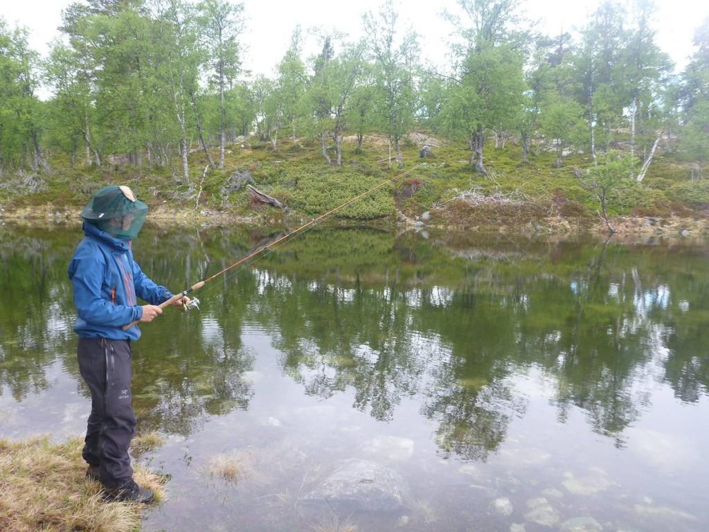Un norvégien nous ayant offert une belle canne à pêche, nous nous essayons à ce sport