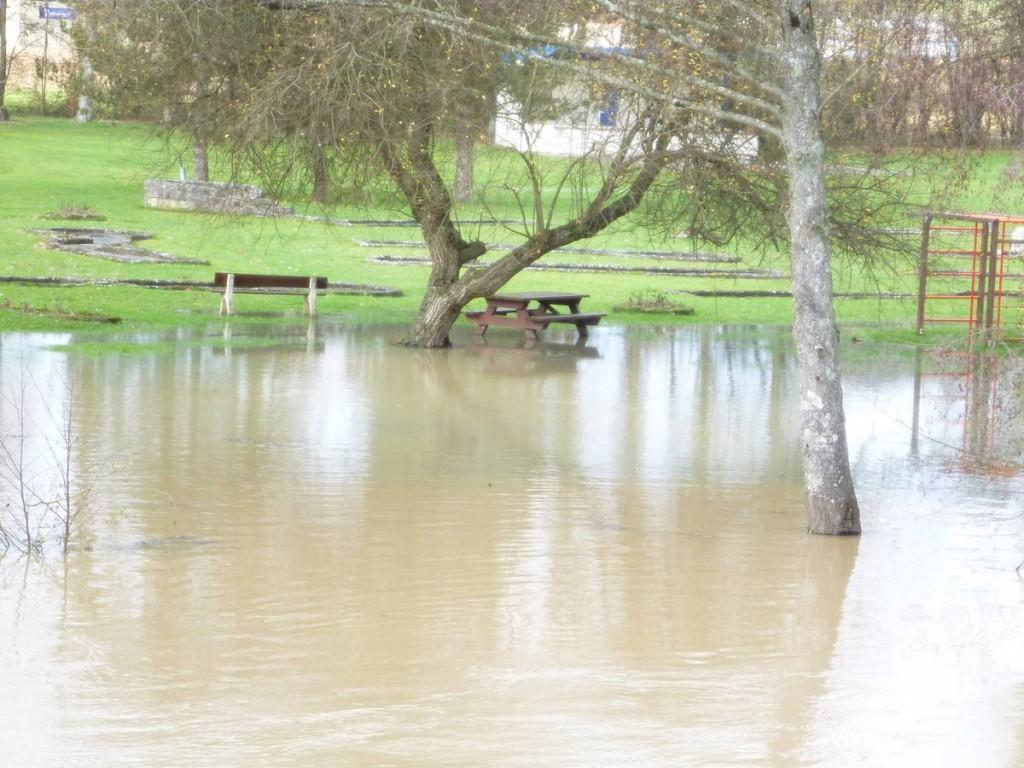 L'automne 2012 s'annoncera très humide en Indre-et-Loire, tel que nous montre ce village inondé par sa rivière.