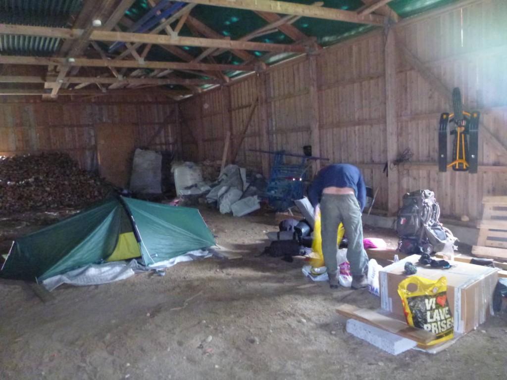 Les moustiques nous force à monter nos tentes même lorsque nous sommes abrités