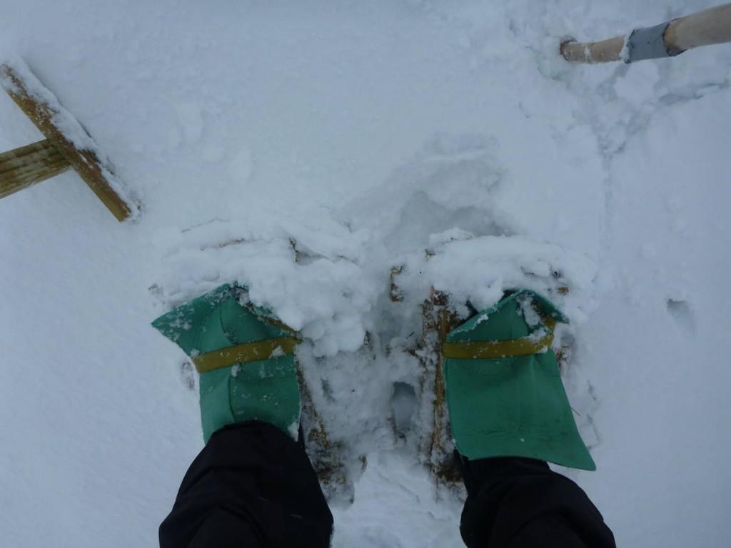 Tous les cent mètres nous devons enlever les dix kilos de neige qui se colle à nos raquettes. C'est épuisant