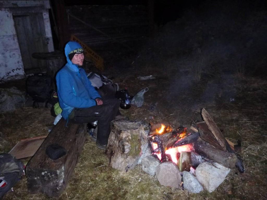 Attente auprès d'un gros feu avant d'aller nous glisser en catimini dans un algeco chauffé d'une station de ski