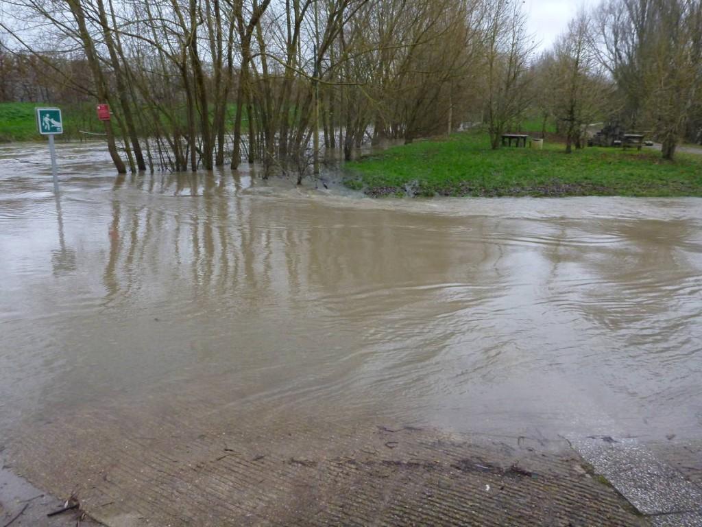 Encore des passages inondés au milieu d'une ville