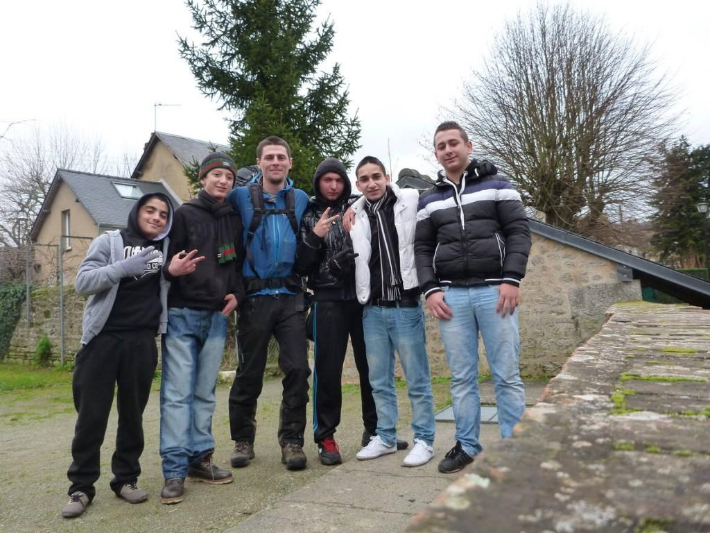Un groupe de jeunes s'intéresse à moi a Alençon