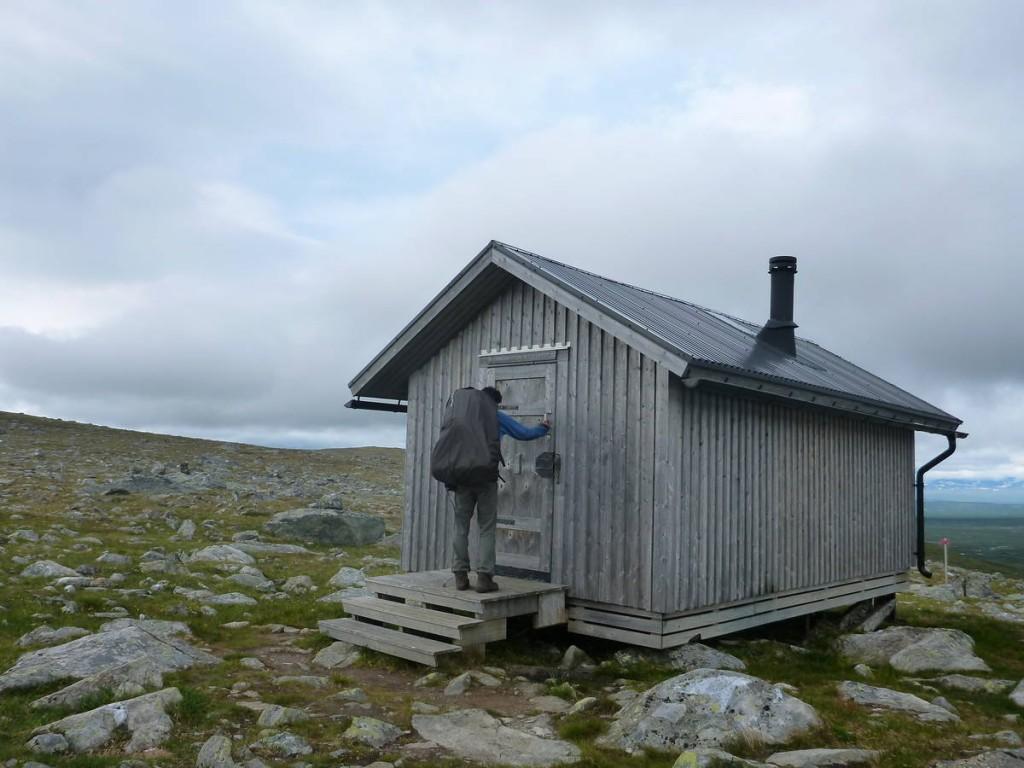Beaucoup de cabines de secours de la sorte sont présentes et nous permettent de dormir sans avoir à planter les tentes
