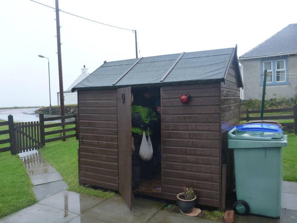 Petite pause de midi dans cette cabane de jardin alors qu'il pleuvait des cordes dehors