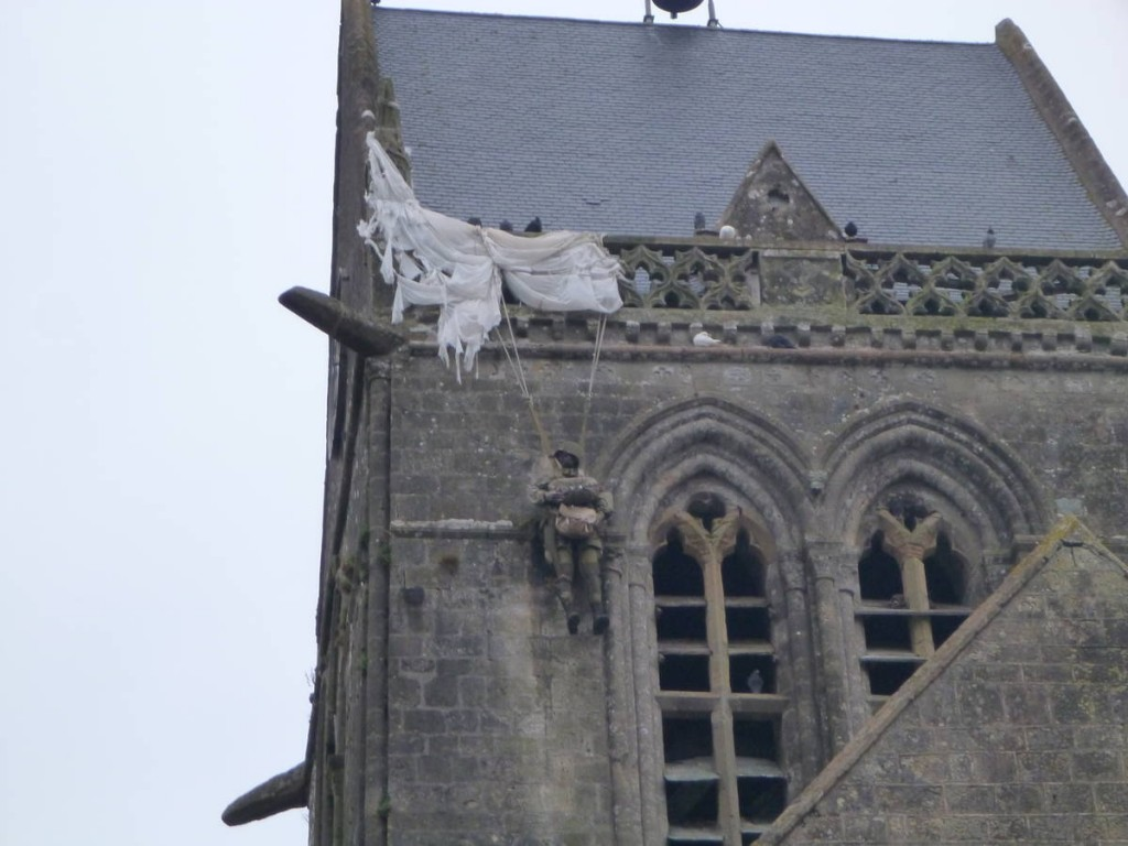 On peut voir à son clocher un parachutiste anglais, symbole du débarquement.