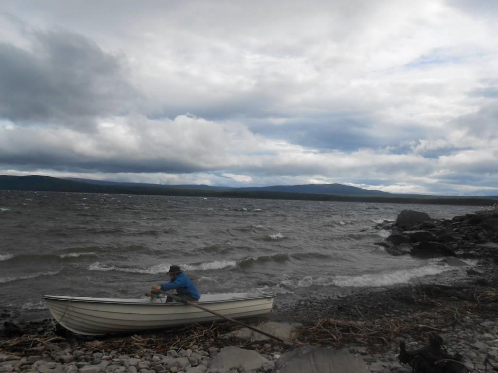 Ayant trouvé une barque abandonnée, nous essayons en vain de traverser le lac avec. Le vent est décidément vraiment trop fort
