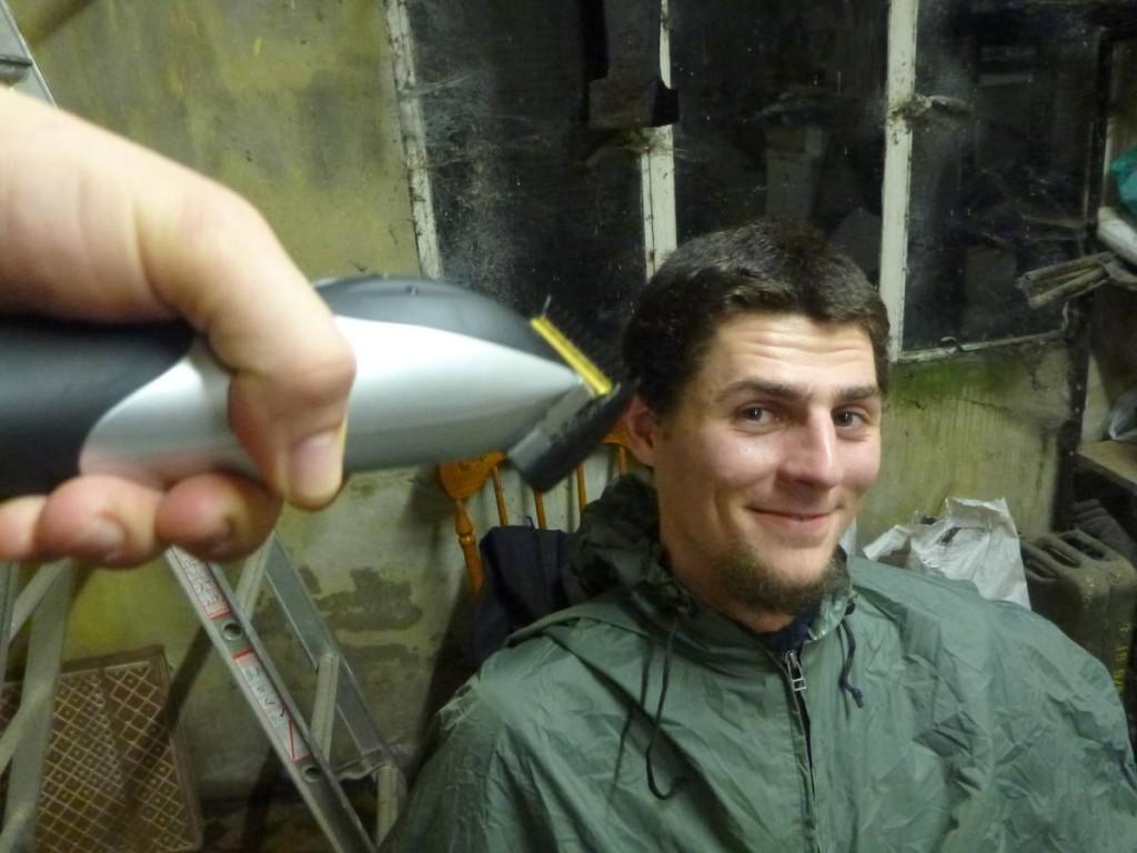 Tonte de cheveux après qu'un hôte nous ai prêté sa tondeuse