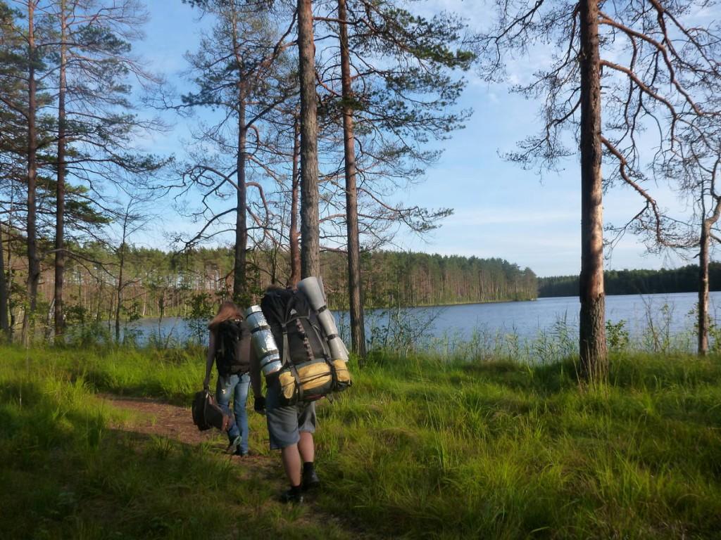 Je tombe dans la forêt sur deux joyeux russes qui m'invitent à venir faire la fête près d'un lac avec tout leurs amis