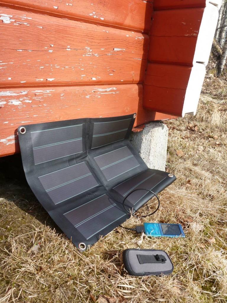 Je recharge mes appareils électroniques à l'aide de se petit panneau solaire