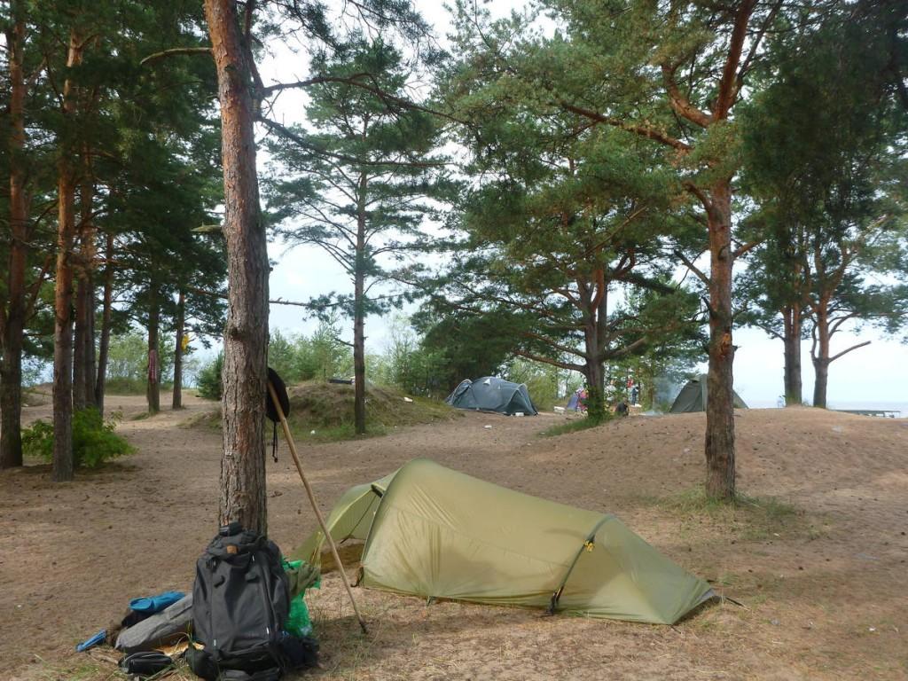 Campement sur une plage de nudistes