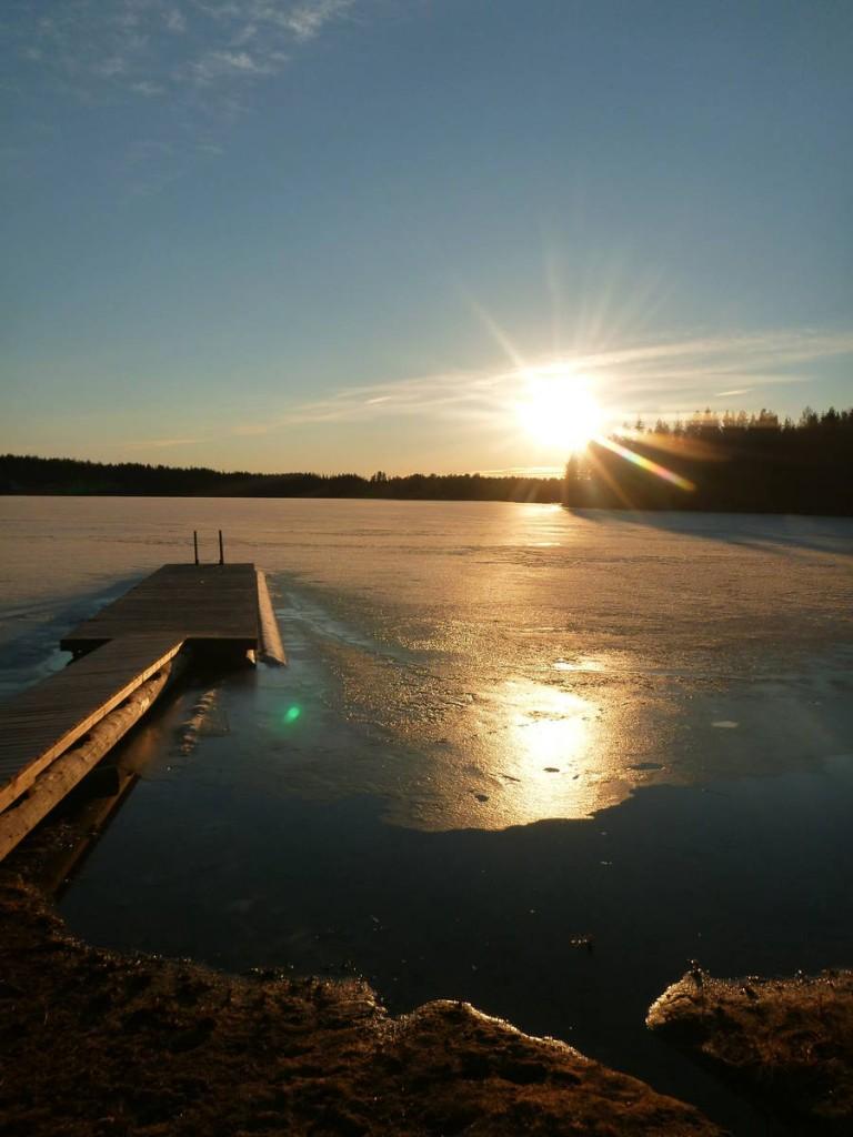 Des lacs encore à moitié gelés