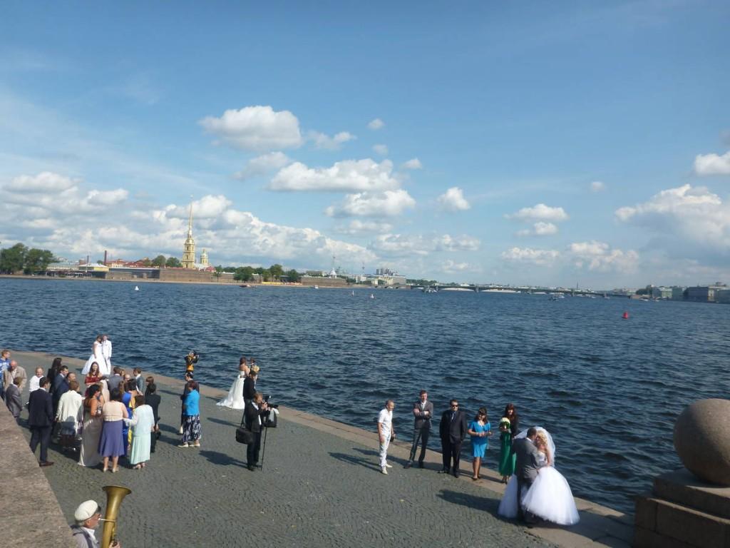 Des dizaines de mariages en ce samedi rien que sur cette rive près de la Neva