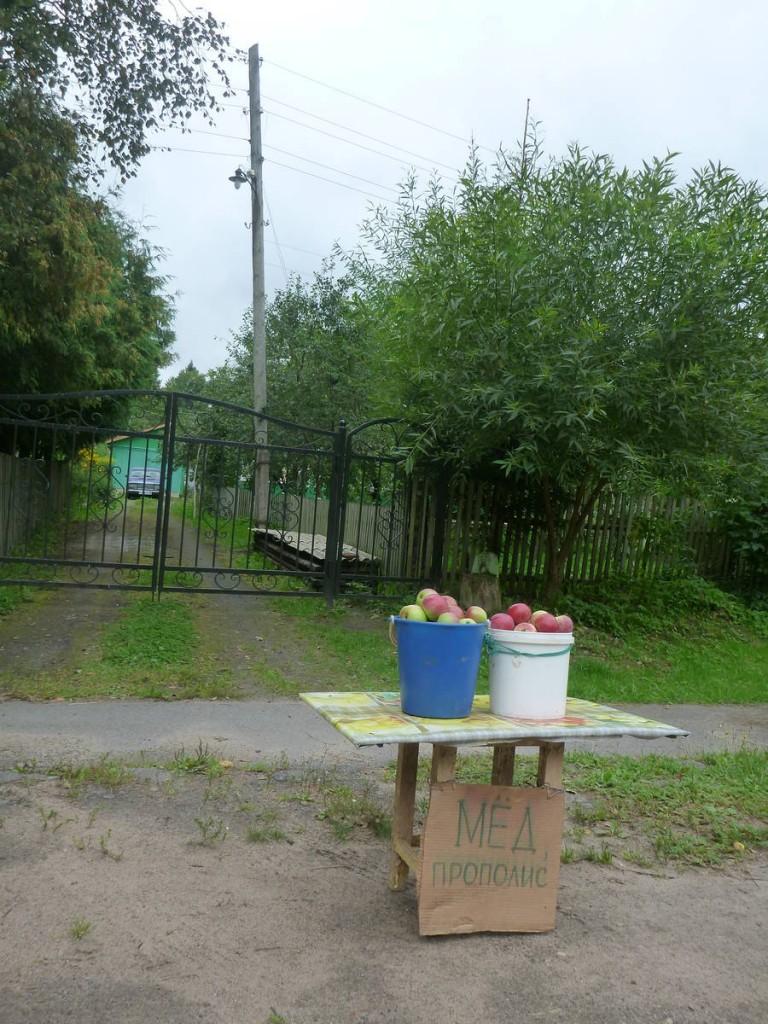 Vente de quelques légumes le long des maisons